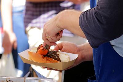 碎纸,自制的,拿着,热狗,快餐,洋葱,手,街头食品,格子烤肉,货摊