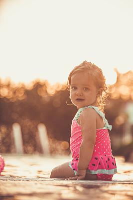可爱的,女婴,游泳池,周末活动,无忧无虑,中午,泳装,希腊,背面视角,儿童