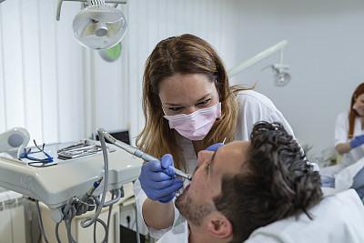 药,健康保健,牙科诊疗室,专业人员,折角镜,医疗器械,椅子,外科手套,拿着,仅女人