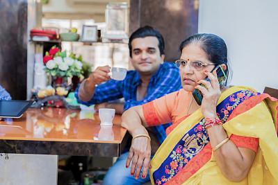 老年女人,手机,留白,纱丽,印度人,男性,仅成年人,现代,彩色图片,技术