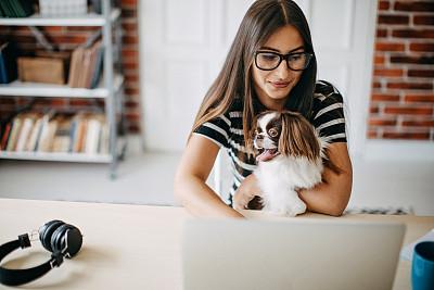 女人,家庭办公,咖啡杯,耳麦,杯,技术,狗,哈巴狗,拿着,仅女人