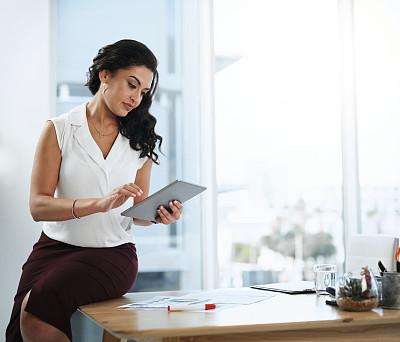 互联网,设备用品,专业人员,技术,现代,拉美人和西班牙裔人,创作行业,仅女人,仅一个女人,办公室