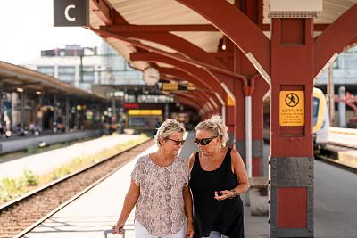 老年女人,两个人,公亩,行李,火车站,城市生活,旅途,瑞典,斯堪的纳维亚半岛,无忧无虑