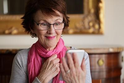 老年女人,电话机,技术,住宅内部,澳大利亚,仅一个老年女人,消息,仅女人,仅一个女人,办公室