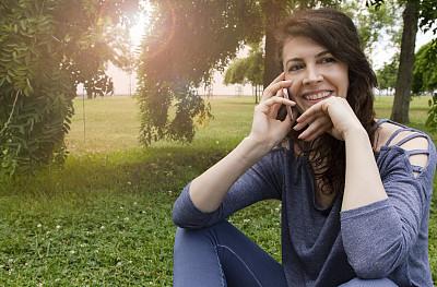 草,女人,手机,技术,公园,拿着,欢乐,户外,仅女人,仅一个女人