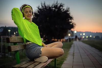 可爱的,散步道,音乐,女孩,反光服,耳麦,彩色运动茄克,肖像,技术,从容态度