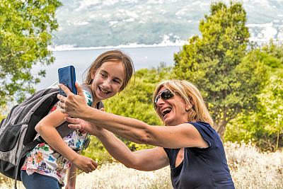 徒步旅行,女儿,母亲,海岸线,克罗地亚,快乐,自拍,肖像,技术,仅儿童
