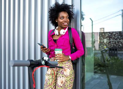 通勤者,个人机动车,在活动中,活力,咖啡杯,交通,技术,现代,商业金融和工业,电池