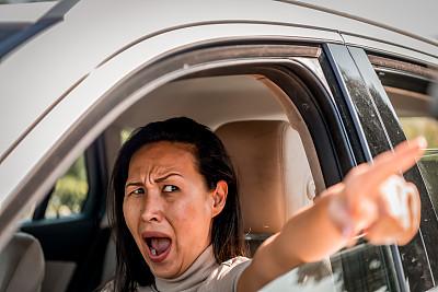 司机,女性,面部表情,人的脸部,人,不高兴的,底片,侧面像,侧面视角,汽车