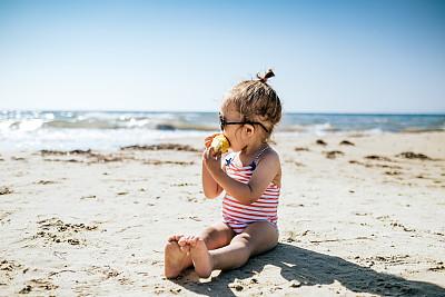 女孩,幸福,幼儿,乐趣,沙子,周末活动,休闲游戏,家庭,浮水圈,玩具