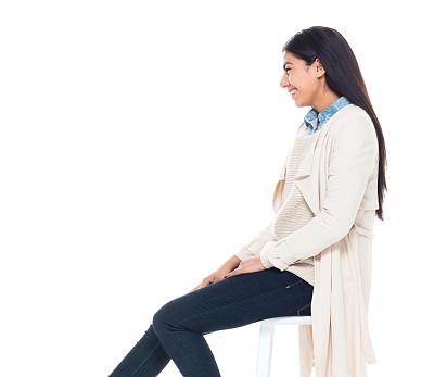 吧椅,青年女人,拉美人和西班牙裔人,20到29岁,全身像,商务人士,白色背景,女商人,女性,商务休闲