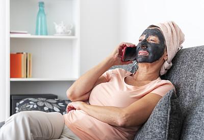沙发,面膜,老年女人,家庭生活,手机,面具,舒服,肖像,仅一个老年女人,仅女人