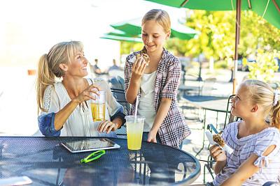 家庭,技术,女性,网上购物,成年的,女儿,平板电脑,母亲,咖啡馆,白昼