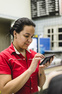 智能手机,有序,顾客,女招待,垂直画幅,美,半身像,工作场所,电话机,美人