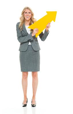 经理,青年女人,20到29岁,金色头发,全身像,裙子,幸福,商务人士,箭头符号,白色背景