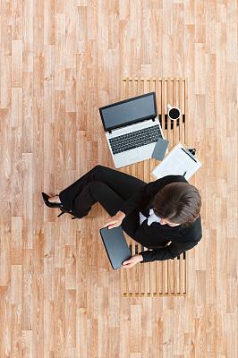 长椅,全身像,使用手提电脑,商务人士,女商人,女性,经理,计算机,平板电脑,一个人
