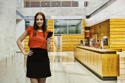 青年女人,走廊,裙子,办公室,少女,智能手机,18岁到19岁,手机,发短信,留白