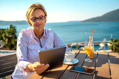 平板电脑,女人,餐馆,电子邮件,咖啡杯,技术,果汁,拿着,户外,仅女人