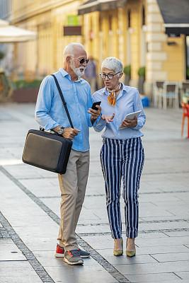 老年伴侣,伦敦城,老年男人,浪漫,技术,户外,太阳镜,幸福,古老的,垂直画幅