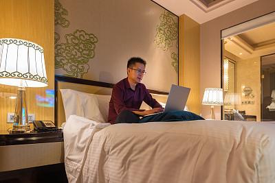 男商人,笔记本电脑,床,宾馆客房,男性,仅男人,仅成年人,专业人员,衬衫,技术