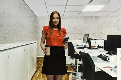 专门技术,咖啡杯,青年女人,格子间,裙子,办公室,少女,智能手机,商务人士,18岁到19岁