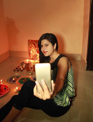 排灯节,青年人,自拍,女性,华丽的,肖像,拿着,印度,仅女人,仅一个女人
