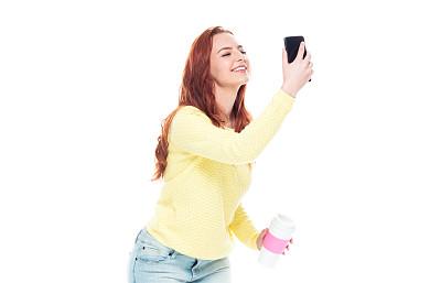 半身像,18岁到19岁,红发人,汗液,幸福,快乐,白色背景,牛仔裤,青年女人,智能手机