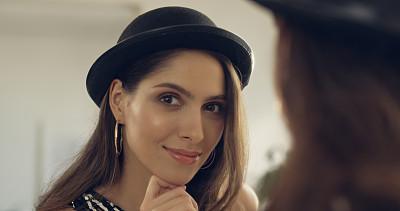欲望,圆顶硬礼帽,棕色头发,肖像,现代,欢乐,仅一个女人,注视镜头,幸福