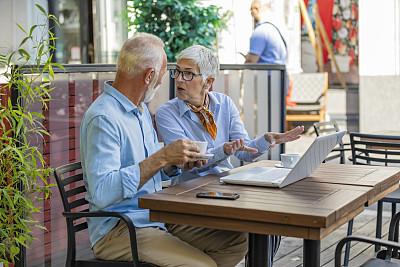 笔记本电脑,老年人,商务,异性恋,餐馆,老年男人,咖啡杯,技术,现代,工作年长者