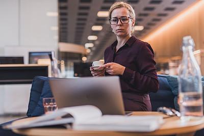 忙碌,女商人,电子邮件,新创企业,仅成年人,眼镜,现代,青年人,专业人员,信心