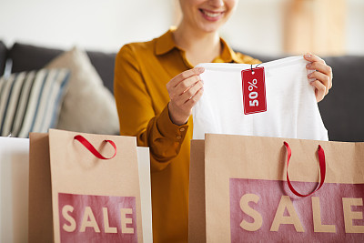 幸福,购物袋,特写,女人,表现积极,宽松上衣,家庭生活,拆包,微笑,购买
