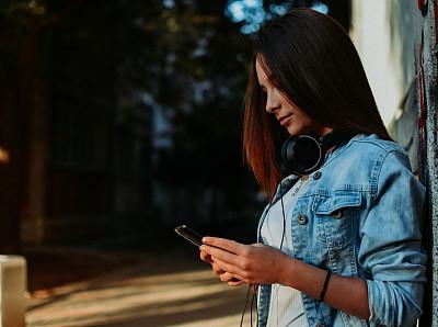 青年女人,留白,健康,现代,青年人,快乐,便携式信息设备,女性特质,城市,学生
