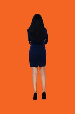 一个人,背面视角,青年女人,拉美人和西班牙裔人,黑发,20到29岁,全身像,商务人士,女商人,橙色背景