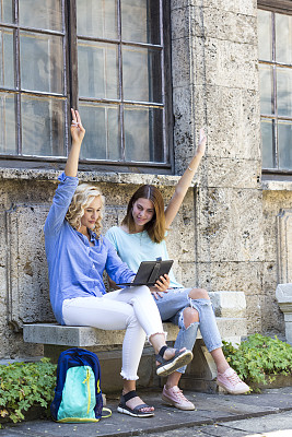 两个人,平板电脑,青年女人,技术,欢乐,户外,少女,拍摄场景,幸福