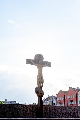 A crucifix sculpture on Innbrücke bridge in Innsbruck city, Tyrol, Austria (desde el puente Innbrücke)