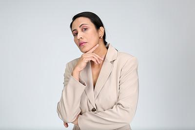 注视镜头,仅一个女人,白色背景,多样,中年女人,商务,肖像,40到44岁,一个人,黑发