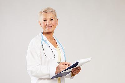 注视镜头,写字板,全科医师,中老年人,分离着色,病历,背景聚焦,微笑,做