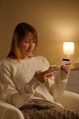 信用卡,智能手机,女人,青年人,在家购物,自然美,亚洲,肖像,技术,拿着