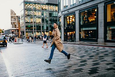 横越,女人,街道,伦敦,在活动中,旅途,25岁到29岁,现代,商业金融和工业,通勤者