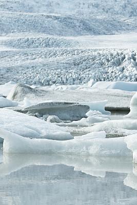 Icebergs melting in Fjallsárlón glacier lagoon with the Vatnaj?kull glacier in the background