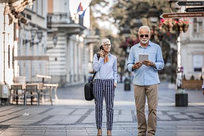 老年人,商务,异性恋,街道,生闷气的,伦敦城,休闲装,活力,老年男人,浪漫