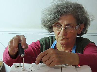 缝纫机,家庭生活,中老年女人,活力,时尚造型师,热情,纺织品,线,线轴,仅一个老年女人