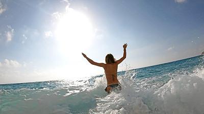 海洋,慢跑,青年女人,活力,周末活动,逃避现实,地中海,海滩度假,户外,前进的道路