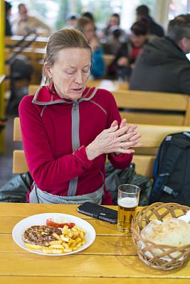 传统,食品,老年女人,塞尔维亚,桌子,商务,露天咖啡馆,篮子,面包,玻璃杯