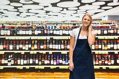 半身像,幸福,酒类商店,业主,女性,超级市场,商店,酒窖,一个人,围裙
