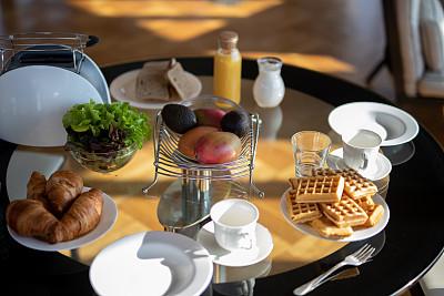 宾馆客房,餐桌,蔬菜,咖啡杯,牛奶,面包,食品,果汁,牛角面包,沙拉