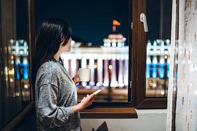 咖啡,窗户,咖啡杯,技术,汽车旅馆,透过窗户往外看,欢乐,仅女人,仅一个女人,幸福