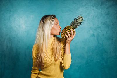 女人,乐趣,活力,彩色背景,拿着,水果,仅女人,仅一个女人,看,幸福