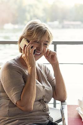 智能手机,餐馆,老年女人,技术,河流,户外,晴朗,仅女人,仅一个女人,白昼