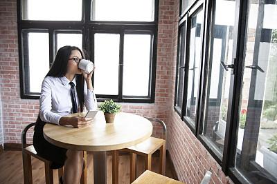 青年女人,餐馆,透过窗户往外看,咖啡,商务,咖啡杯,杯,肖像,一个人,仅一个青年女人